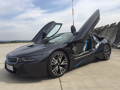Jazda na hybridnom supersporte bmw i8 so zlavou